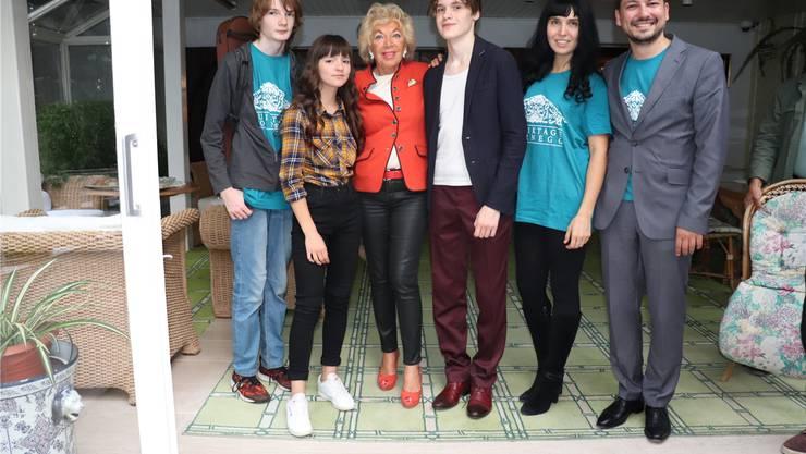 Ljuba Manz (Dritte v.l.) mit Daniil Bessonov (14), Sofia Tyurina (11), Timofei Yakhnov (15), Marina Vasileva und Oleksandr Chugai (v.l.).