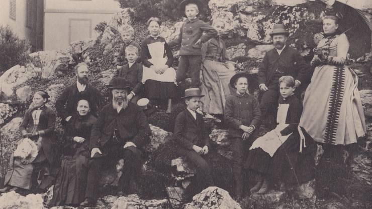 Carl Franz Bally mit den beiden Söhnen, Schwiegertöchtern und Enkelkindern im Felsgarten 1890. Ballyana-Archiv