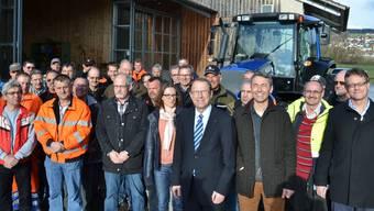 Regierungsrat Peter Beyeler (mit Krawatte, vorne) mit Mitarbeitenden der Werkhöfe Muri, Wohlen, Rottenschwil und Verwaltungsangestellten. sl