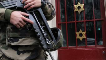 Ein Soldat bewacht eine Synagoge in Neuilly sur Seine nahe Paris
