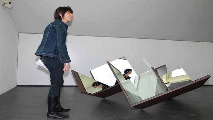 Die künstlerische Museumsleiterin Cornelia Ackermann vor «Kaleidoskop», von Urs Cavelti aus Basel. sh