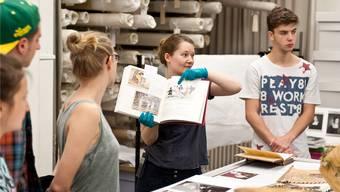 Restauratorin Gesa Bernges führt Interessierte durch das Depot, das rund 7000 Textilien beherbergt.