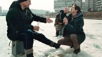 Eisfischer und Wodka-Trinker in Moskau (Archiv)