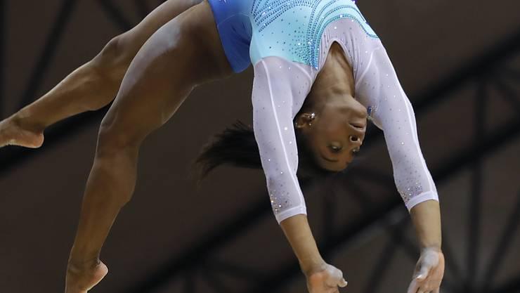Simone Biles holte trotz zwei Stürzen ihren vierten Mehrkampf-Titel an Weltmeisterschaften und stellte damit einen Rekord auf