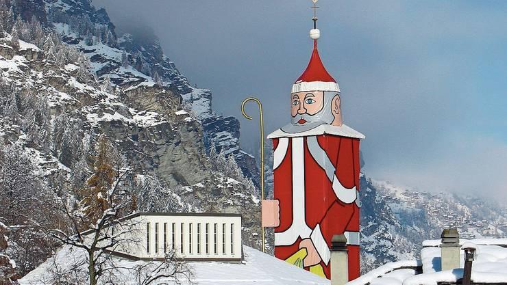 Wo die Kirche steht, ragt momentan der grösste Nikolaus in die Höhe.