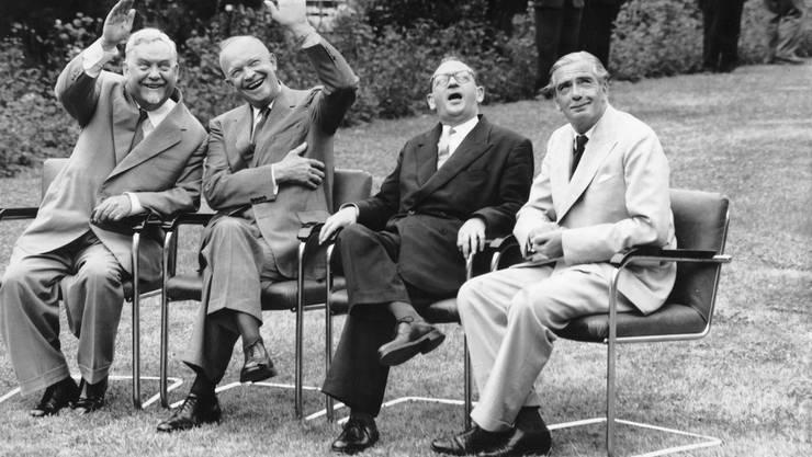 Die Staatschefs der vier Grossmaechte treffen sich an der Genfer Viermaechte-Konferenz am 20. Juli 1955, von links nach rechts, der sowjetische Ministerpraesident Nikolai Bulganin, der amerikanische Praesident Dwight D. Eisenhower, der franzoesische Premierminister Edgar Faure und der britische Premierminister Anthony Eden.