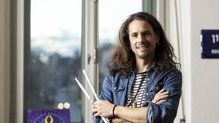 Vom Schlagzeuger zum Unternehmer: Dominique Wörndli (hier in seinem Büro im Oederlin-Areal in Rieden) hat nicht nur beruflich bisher eine abenteuerliche Karriere erlebt.