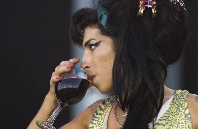 Amy Winehouse nimmt einen Schluck Wein (Archiv)