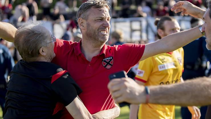 Xamax-Coach Stéphane Henchoz lässt seiner Freude nach der Wende im Barrage-Rückspiel freien Lauf