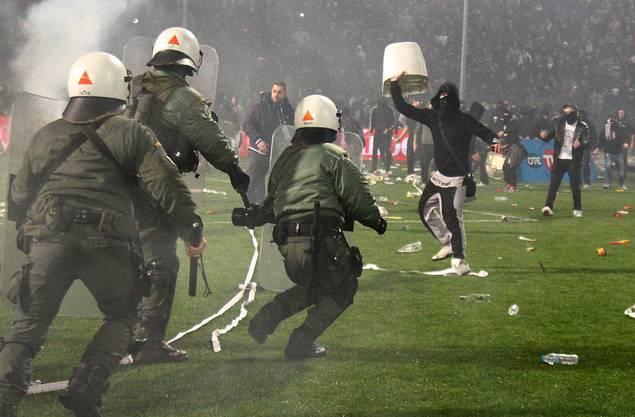 Manchmal arten die Fussballspiele aber auch aus, wie hier bei einem Cupspiel gegen Rivale Olympiakos.