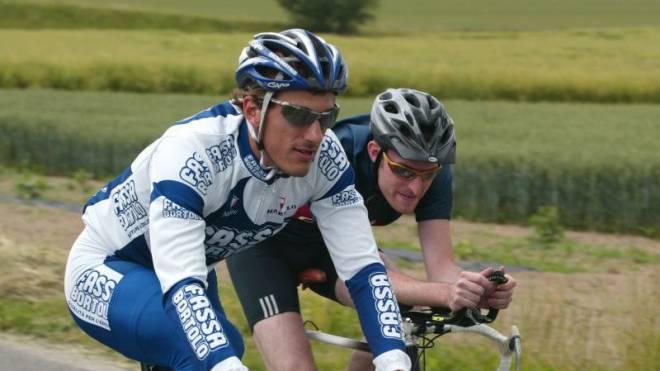 Einer locker, der andere eher verkrampft. Fabian Cancellara und «Schweiz am Sonntag»-Sportredaktor Marcel Kuchta bei ihrer gemeinsamen Ausfahrt im Juli 2004. Foto: Rolf Jenni