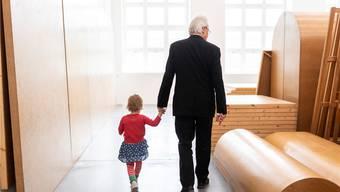Imi Knoebel inspiziert mit Enkelin Tosca sein Werk «Raum 19» im Haus Konstruktiv in Zürich. Die Ansammlung der Platten und Körper aus braunen Hartfaserplatten von 1968/2006 bezeichnet er als Bild – und sich selber als Maler. Ennio Leanza/KEYSTONE