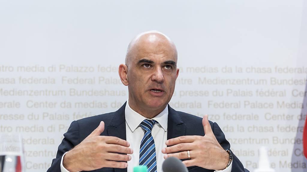 Bundesrat Alain Berset sieht Handlungsbedarf angesichts der Tatsache, dass sich Teile des Personals in Altersheimen und bei der Spitex nicht impfen lassen will. (Archivbild)