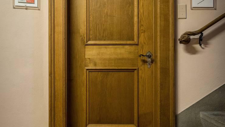 Es ist die schmucke Tapete, die dem Zimmer hinter dieser Tür den Namen gegeben hat. Dabei hatten die Lenzburger gute Gründe für die Anschaffung einer derart teuren Wanddekoration vor 200 Jahren. Hier treffen sich Lenzburger Persönlichkeiten, für die eigentlich ein anderer Raum vorgesehen wäre. Doch der ist zu dunkel.