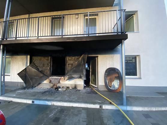 Der Brand richtete in der betroffenen Wohnung grossen Schaden an und machte sie bis auf weiteres unbewohnbar.