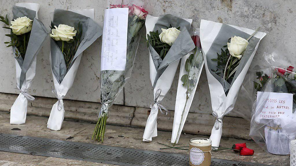 Blumen im Gedenken an die Opfer vor dem Bahnhof Marseille Saint-Charles, wo ein Mann zwei Frauen erstochen hatte.
