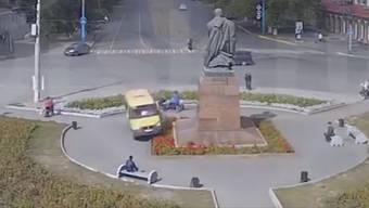 Schreck-Moment: Der Mann auf dem Bänkli vorne im Bild fragt sich wohl noch lange, weshalb er ausgerechnet auf der linken Seite Platz genommen hat ...