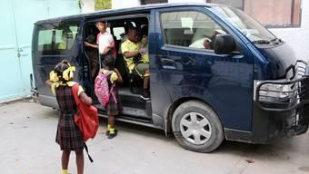 Die Kinder im Maison des Anges freuen sich über ihren neuen Schulbus. zvg