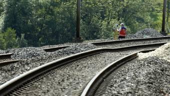 Ein 15-Jähriger ist in Rolle VD beim Überqueren der Gleise von einem Zug erfasst und tödlich verletzt worden. Er hatte unmittelbar vorher seine Cousine noch vor dem herannahenden Zug warnen können. (Symbolbild)