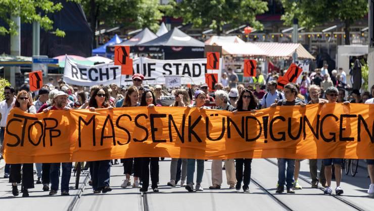 In Basel protestierten Menschen am 8. Juni für einen besseren Wohn- und Mietschutz.