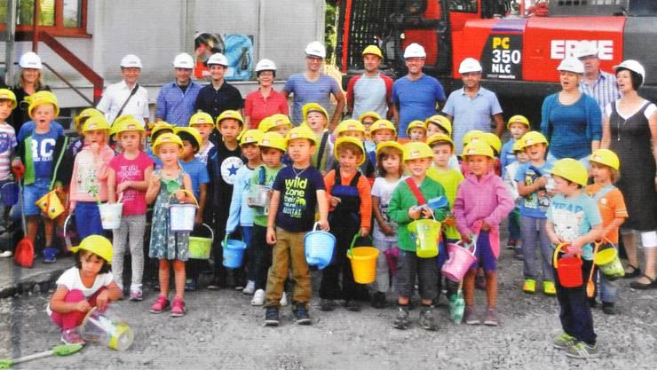Das Titelbild des «Kaister Rückspiegels»: Beim Spatenstich für den Kindergarten packten die Kinder gleich selbst an.