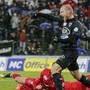 Die Gegenspieler am Boden, Torschütze Schneuwly jubelt: Zehn Mal hat der 35-Jährige für den FCA seit 2018 getroffen