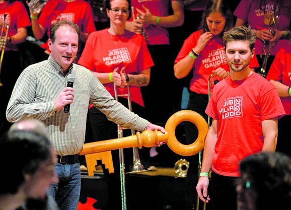 Gemeindepräsident Patrick Schlatter übergibt den Schlüssel an den Vereinspräsidenten Philipp Roos.
