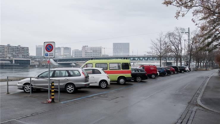 Noch stehen Autos zwischen der Offenburgerstrasse und dem Bläsiring – wenn der Grosse Rat aber grünes Licht gibt, entsteht hier ein «Begegnungsort» mit fester Möblierung.