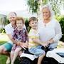 Oscar Adby (4) sitzt auf seinem Spielzeug-Traktor, umgeben von seinen Liebsten: Vater Richard, Zwillingsschwester Elin und Mutter Camilla Adby in ihrem Garten in Wiedlisbach (BE).