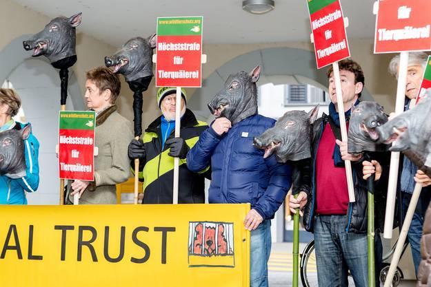 Die Demonstranten vor dem Bezirksgericht in Bad Zurzach.