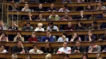 Auch Arbeiterkinder schaffen es immer wieder an die Uni. Im Bild Medizinstudenten an der Uni Basel. (Symbolbild)
