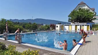 Die meisten Starrkirch-Wiler Kinder haben in diesem Schwimmbad schwimmen gelernt. Badeaufsicht Ursula Hälg (rechter Bildrand) passt trotzdem gut auf. Bild: Remo Frölicher
