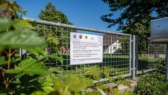 Mit provisorischen Tafeln – wie hier in Oekingen – wird bekanntgegeben, dass die Anlagen zurzeit geschlossen sind.