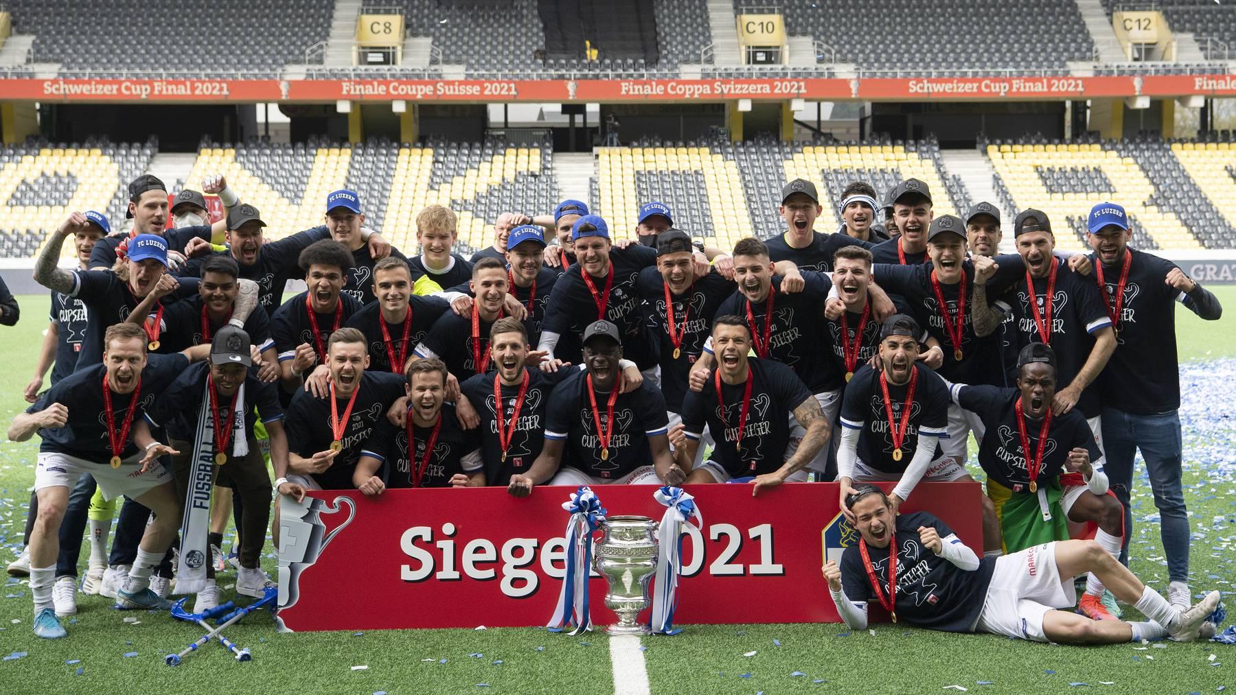 Der FC Luzern feiert den Sieg im Schweizer Fussball Cupfinal zwischen dem FC St. Gallen und dem FC Luzern, am Pfingstmontag, 24. Mai 2021, im Stadion Wankdorf in Bern.