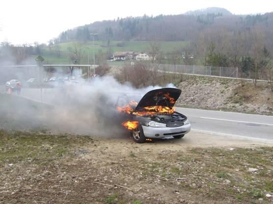 Das brennende Auto kurz nach der Ausfahrt aus dem Chienbergtunnel.