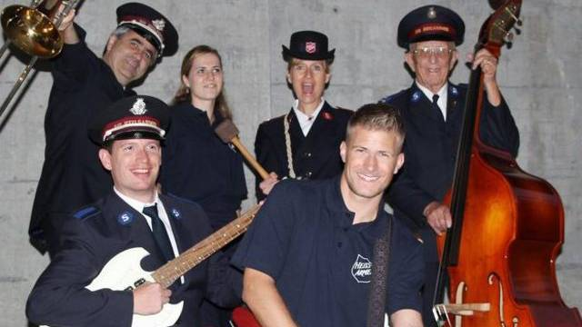 Emil Ramsauer (links) mit der Heilsarmee-Band, die im Mai in Malmö die Schweiz am Eurovision Song Contest vertreten soll.