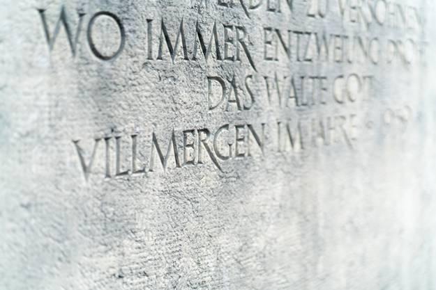 Ein schlichter Brunnen mit Steintafel erinnert an die Schlacht von 1712, in der sich Schweizer gegenseitig bekämpften und töteten.