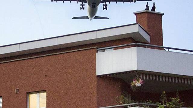 Flugzeug fliegt über ein Wohnviertel in Glattbrugg (Archiv)