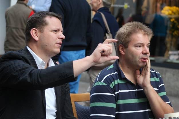 Valentin Sacher (links) Leiter der Musikschule Rheinfelden Kaiseraugst beim Soundcheck in der Marktgasse .