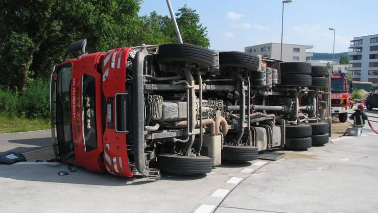Lastwagen kippt in Kaiseraugst um