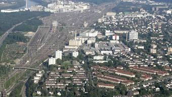 Die freie Baufläche wird immer kleiner (hier beim Güterbahnhof Muttenz). Es herrscht Handlungsbedarf – nur wo und wie? (Bild: Kenneth Nars)