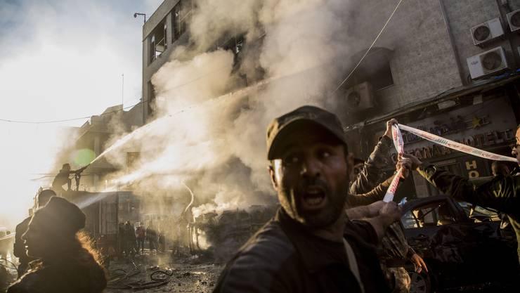 Ein Haus im Qamishli brennt nach einem türkischen Angriff.