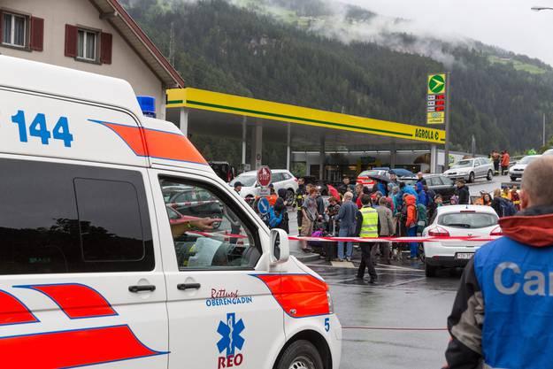 Reisende des Unglückzugs warten nach ihrer Bergung auf den Weitertransport im Bahnhof in Tiefencastel