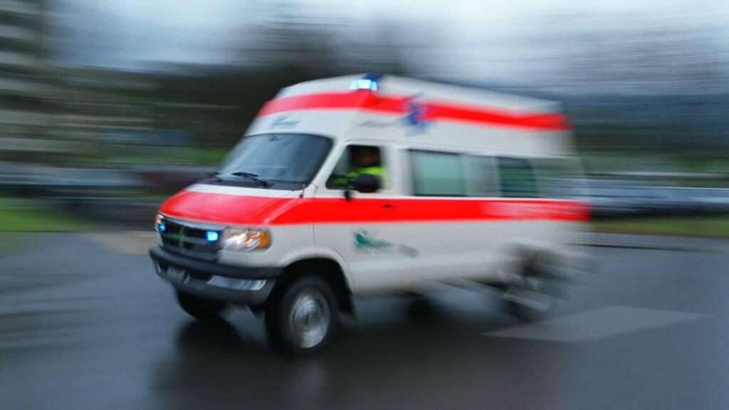 Die verletzte 77-Jährige musste mit dem Krankenwagen ins Spital gebracht werden. (Symbolbild)