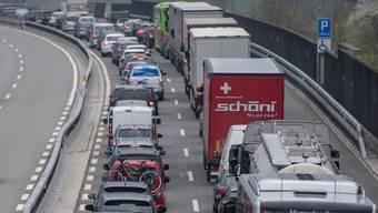 Bereits am vergangenen Wochenende staute sich der Osterreiseverkehr vor dem Gotthard auf mehreren Kilometern Länge.
