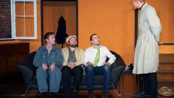 Harry (Christoph Stapfer), Dick (Johnny Sollberger) und Tom (Michael Wirz) werden von Constable Downs (Silvan Andraschko) kritisch beäugt.