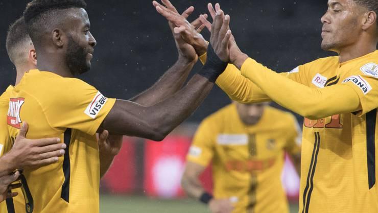 Jean-Pierre Nsame und Guillaume Hoarau klatschen ab- die Young Boys sind bisher makellos durch die Super League gekommen