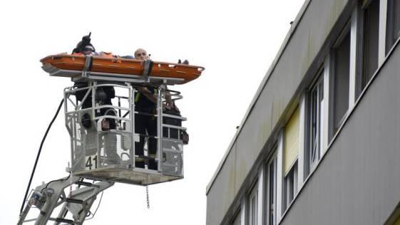 Polizei transportiert Asylbewerber von Dach in Renens