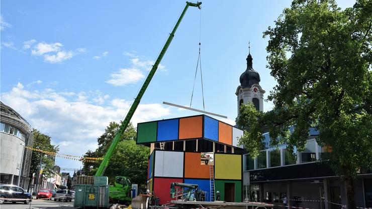 Brugg verwandelt sich derzeit in eine grosse Festhütte: Mit ihrem «Rubik's Cube» sorgen die Handballer für Farbe. Bilder: mhu