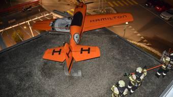 Kombinierte Übung der Flughafenfeuerwehr und der Flughafen-Assistenten mit zwei Szenarien Im Bild: Simuliert ist ein Flugzeug auf das Hotel gestürztz und die Feuerwehr muss den Brand löschen und Verletzte bergen